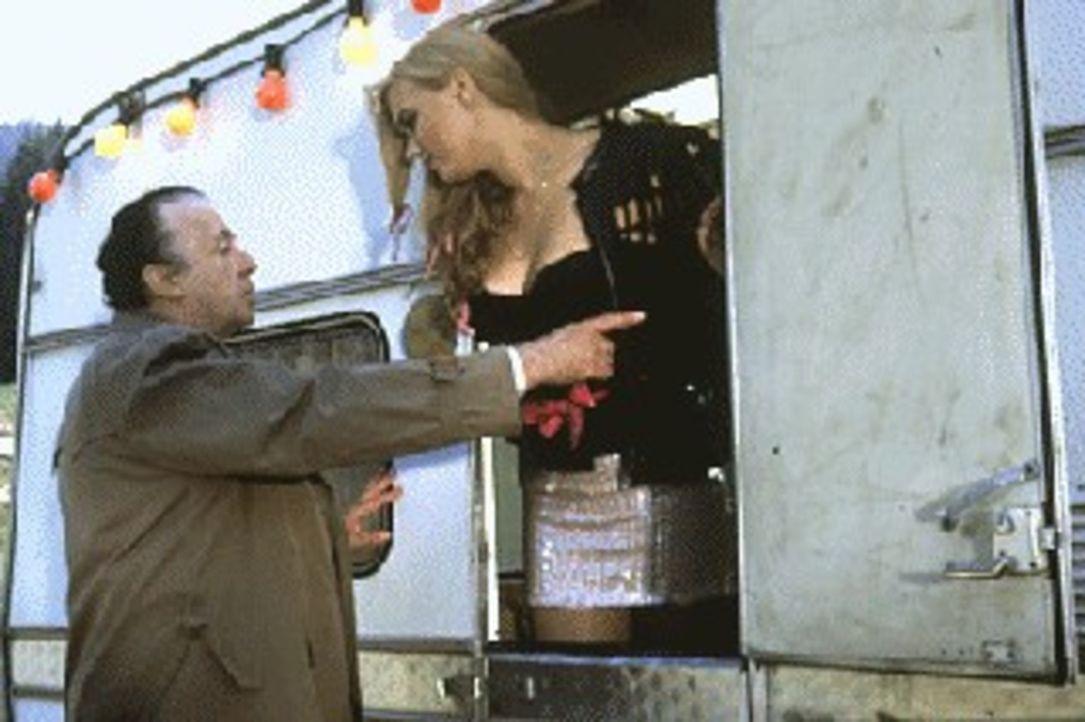 Anni (Veronica Ferres, r.) ist über den Besuch von Gabriel Markowski (Eddi Arent, l.) in ihrem Wohnwagen nicht sonderlich überrascht. Doch Markowski... - Bildquelle: Magdalena Mate Sat.1