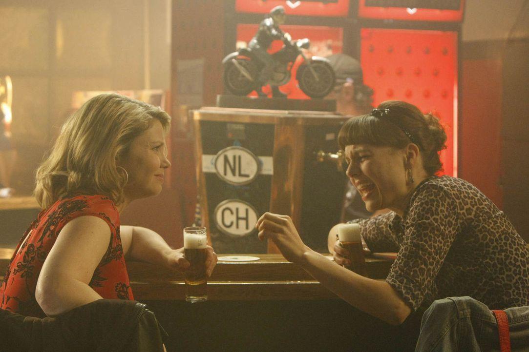 Frauenabend: Danni (Annette Frier, l.) und Bea (Nadja Becker, r.) ... - Bildquelle: Frank Dicks SAT.1