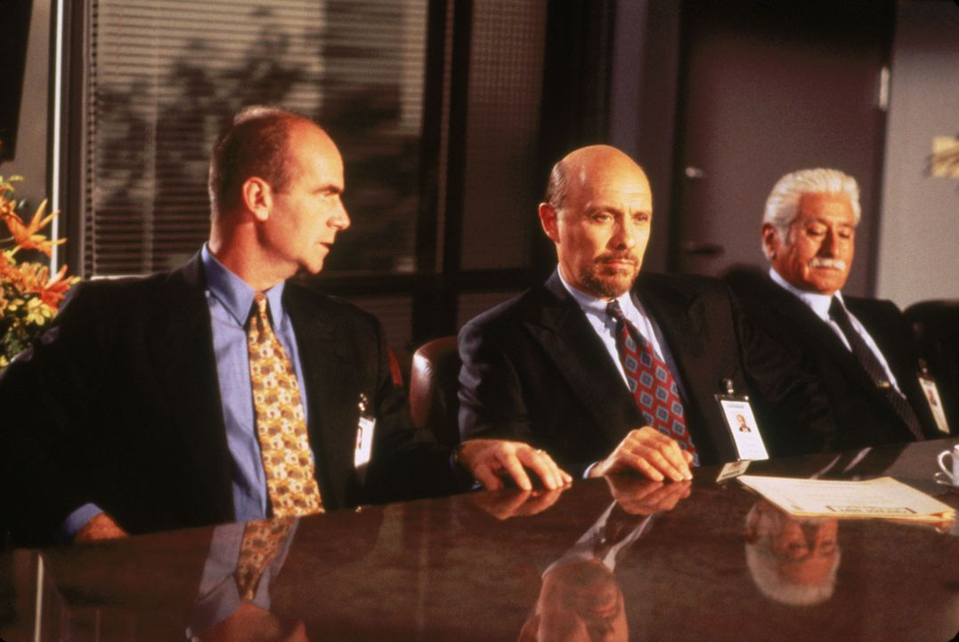 Dr. Trevor Filburn (John Finn, l.); Dr. Phillip Watters (Hector Elizondo, M.) - Bildquelle: 1995 Twentieth Century Fox Film Corporation.  All rights reserved.