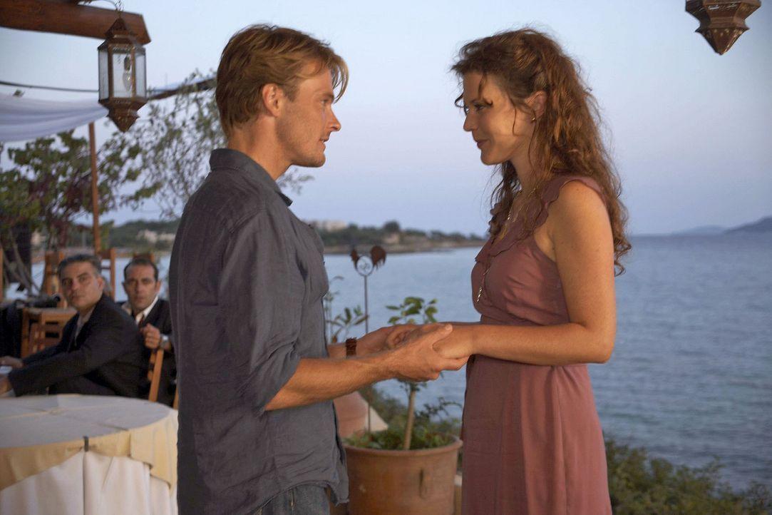Als Thomas (Andreas Pietschmann, l.) im Hotel auf eine alte Freundin (Tatiani Katrantzi, r.) trifft, reagiert Claudia eifersüchtig. - Bildquelle: Xeni Taze Sat.1