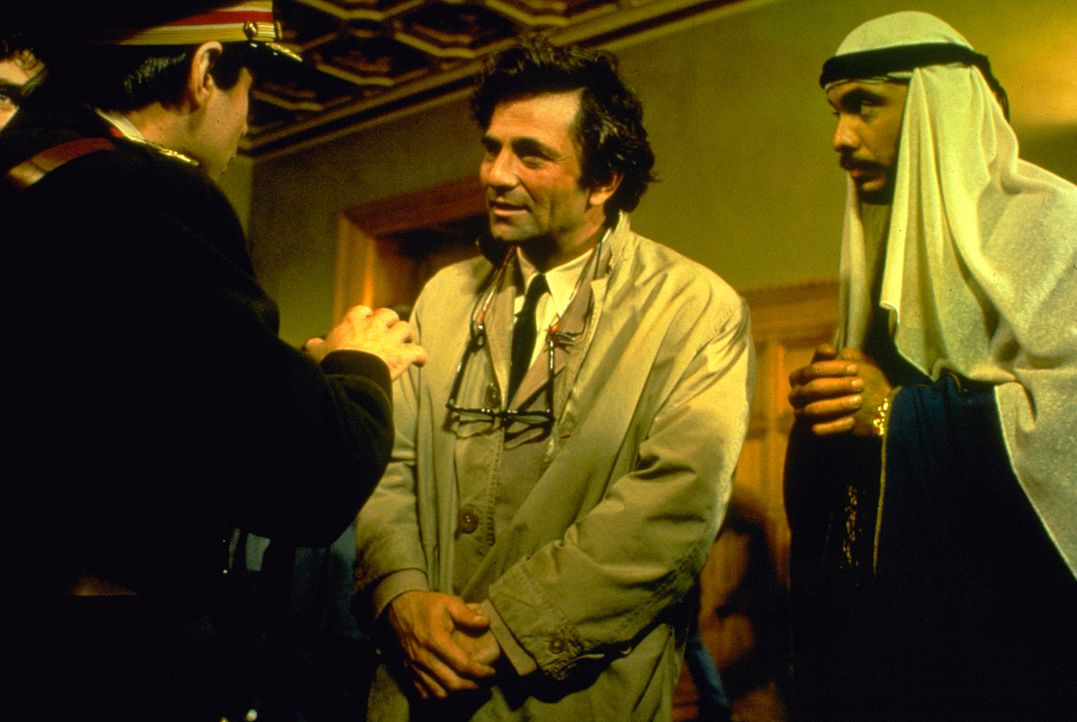 Columbo (Peter Falk, Mitte); Hassan Salah (Hector Elizondo, r.) - Bildquelle: 1975 Universal City Studios LLLP. All Rights Reserved.