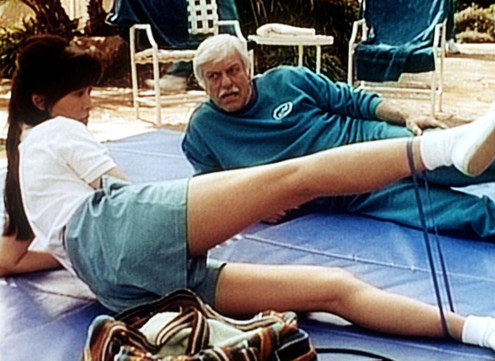 Dr. Sloan (Dick Van Dyke, r.) beim Fitness-Programm mit Sunshine (Maggie Han, l.). - Bildquelle: Viacom