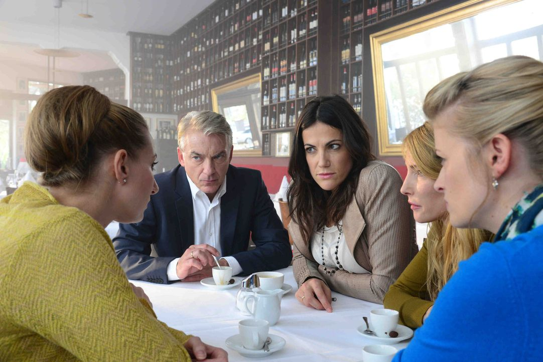 Lisa (Bettina Zimmermann, 2.v.r.) und Michael (Christoph M. Ohrt, 2.v.l.) wollen mit ihren Freundinnen (Katja Wagner, vorne r., Florentine Lahme, r.... - Bildquelle: Christiane Pausch SAT.1