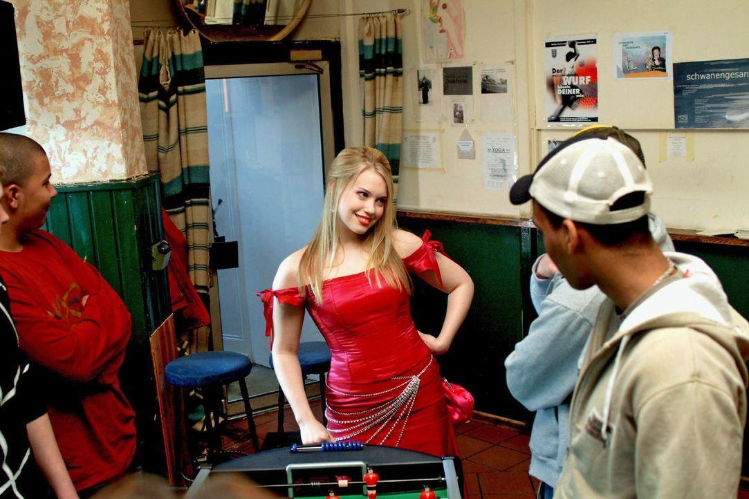 """Kim (Lara-Isabelle Rentinck, M.), die sich ein gewagtes Kleid aus Hugos neuester, streng geheimer Kollektion """"entliehen"""" hat, taucht - in der Absich... - Bildquelle: Monika Schürle Sat.1"""