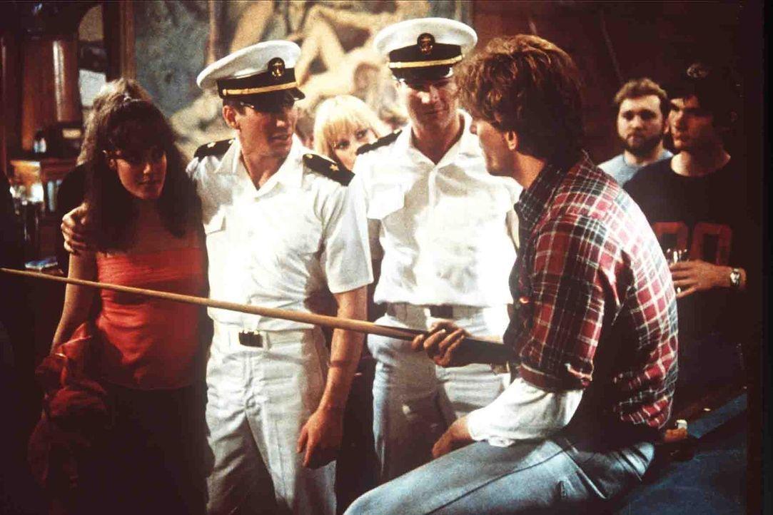 Immer wieder werden Zack Mayo (Richard Gere, 2.v.l.) und sein Kamerad Sid Worley (David Keith, 2.v.r.) von Neidern provoziert ... - Bildquelle: Paramount Pictures