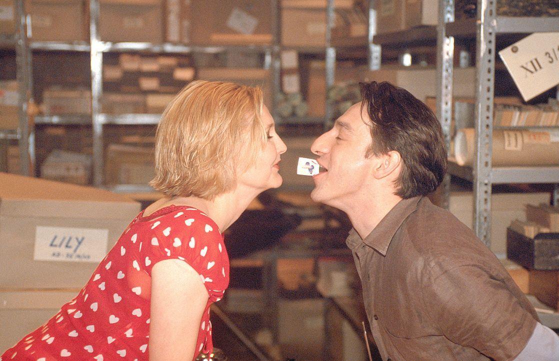 Immer wieder bringt Lotte (Katharina Schubert, l.) ihren Kollegen Kemal (Boris Aljinovic, r.) mit ihren freizügigen Bemerkungen in Verlegenheit. Doc... - Bildquelle: Mühle ProSieben