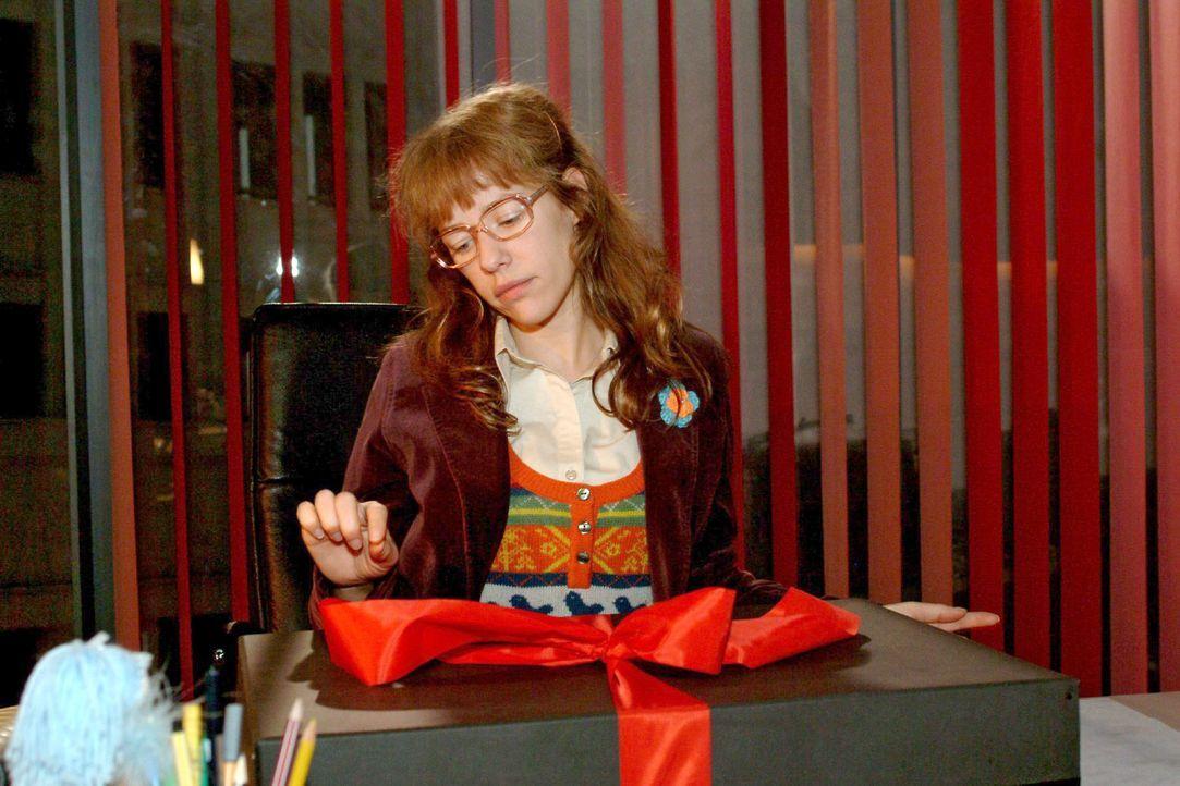 Lisa (Alexandra Neldel) hadert, ob sie zum Maskenball gehen soll - Sie blickt auf das Paket von Rokko - und kann ihre Neugier nicht länger zügeln ..... - Bildquelle: Monika Schürle Sat.1