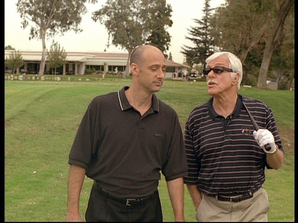 Mark (Dick Van Dyke, r.) gibt sich als der Gangsterboss Greg aus und versucht alles, um Eddie (David Marciano, l.) ein Mordgeständnis zu entlocken. - Bildquelle: Viacom
