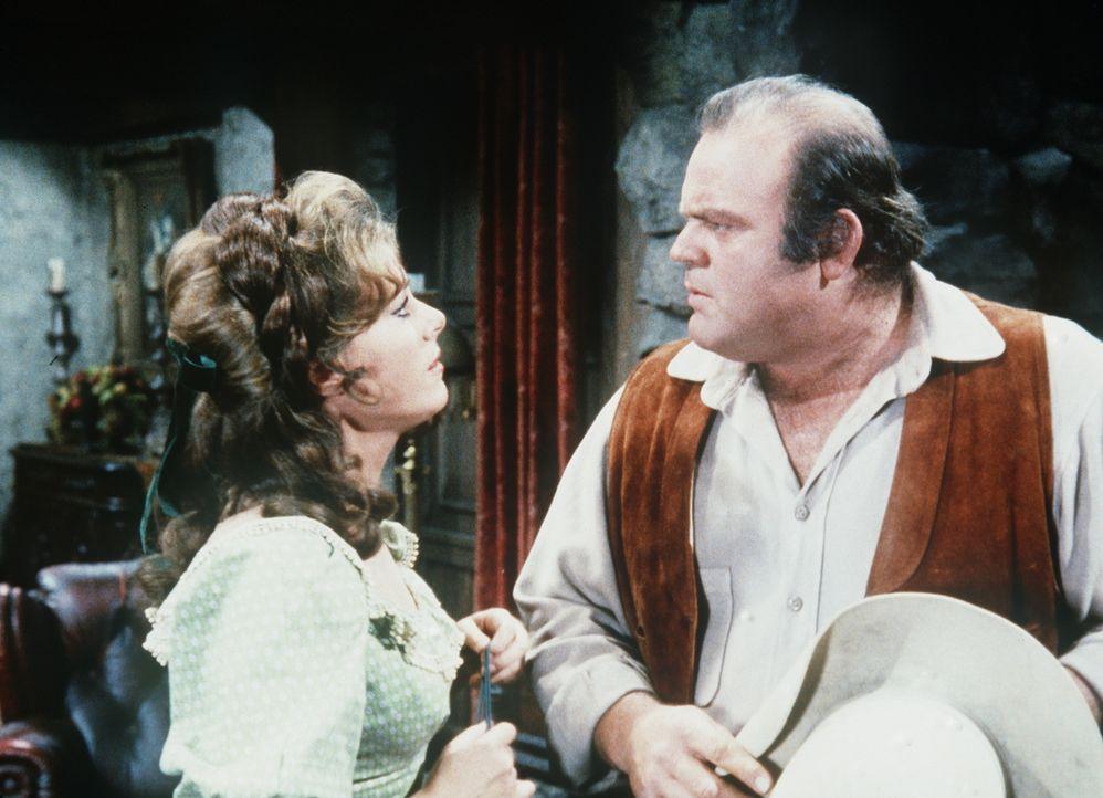 Hoss Cartwright (Dan Blocker, r.) lernt Jan (Alyce Andrece, l.), die Tochter des Zauberers Malcolm, kennen. - Bildquelle: Paramount Pictures