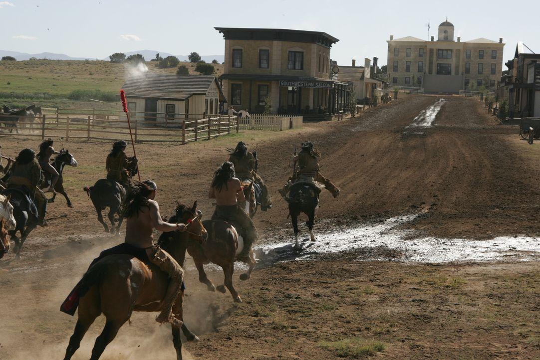 Während Gus, Woodrow und die anderen Ranger in den Weiten Texas unterwegs sind, starten die Komanchen einen Angriff auf Austin ... - Bildquelle: 2006 CBS Broadcasting Inc. All Rights Reserved.