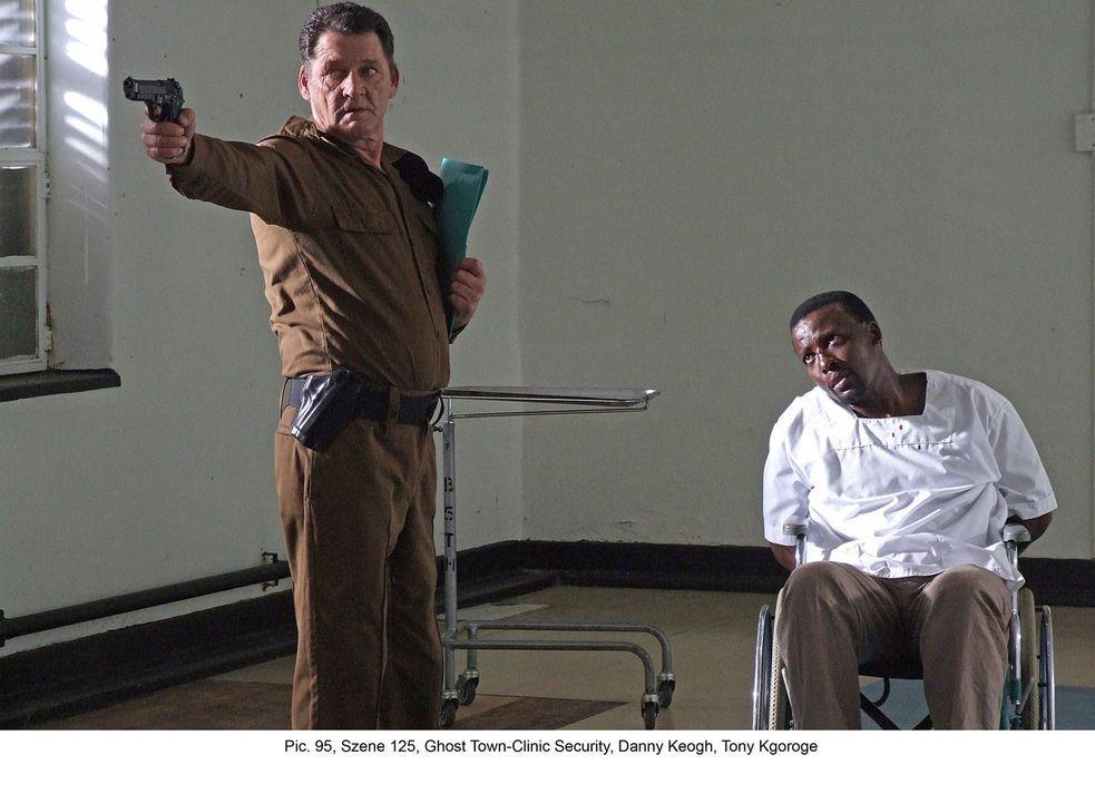 Seit dem Tode seines Sohnes ist Bikos (Tony Kgoroge, r.) Leben völlig aus den Fugen geraten. Als Marisa bei ihm auftaucht, riskiert er sein Leben fü... - Bildquelle: Boris Guderjahn ProSieben