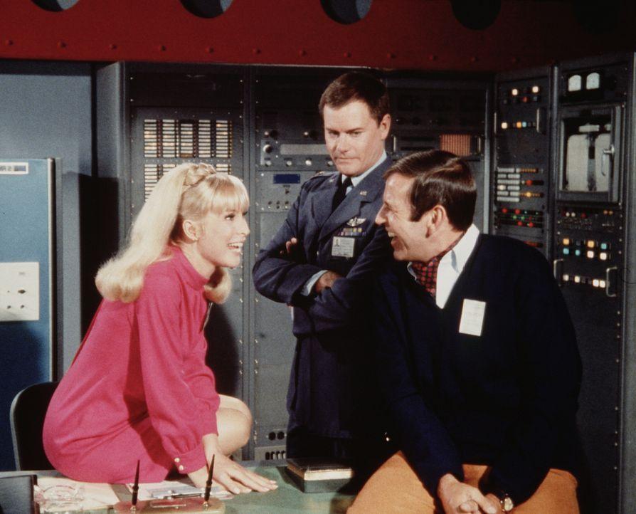 Der Regisseur Kerr (Paul Lynde, r.) dreht eine Dokumentation mit dem Astronauten Tony (Larry Hagman, M.), und auch Jeannie (Barbara Eden, l. findet... - Bildquelle: Columbia Pictures