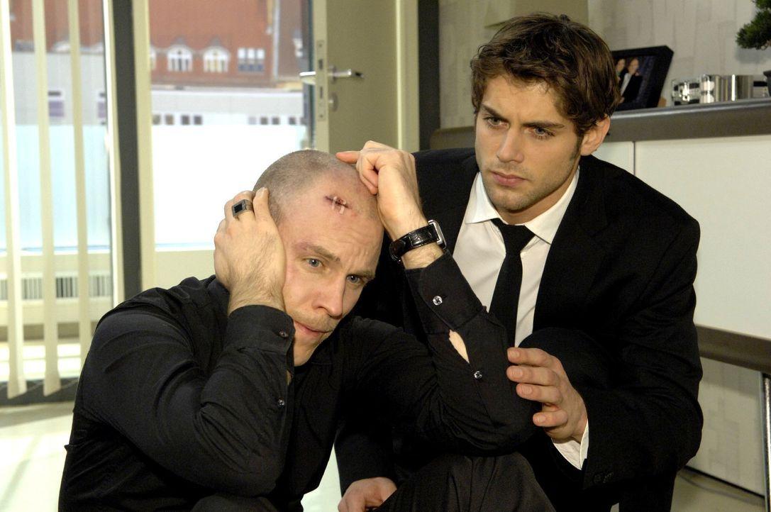 Gerrit (Lars Löllmann, l.) hält den Druck nicht mehr aus und bricht vor den Augen seines Bruders Jonas (Roy Peter Link, r.) zusammen ...neinander da... - Bildquelle: Claudius Pflug Sat.1