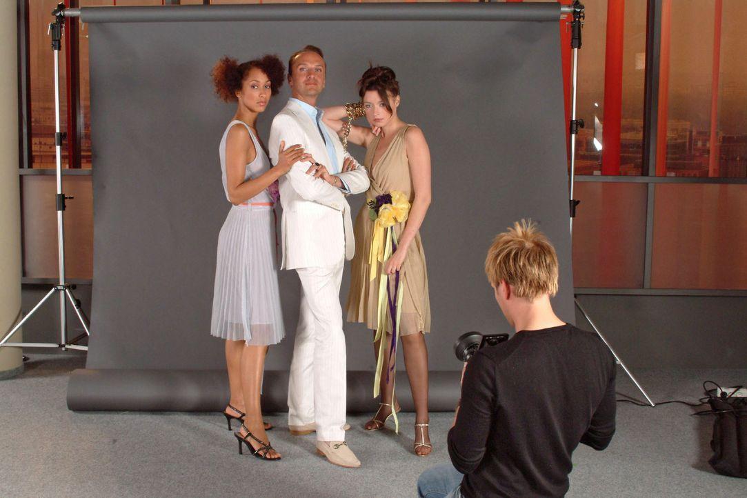 Image ist alles - auch Hugo (Hubertus Regout, 2.v.l.) und seine Models werden für das Journal ins rechte Licht gerückt. - Bildquelle: Monika Schürle Sat.1