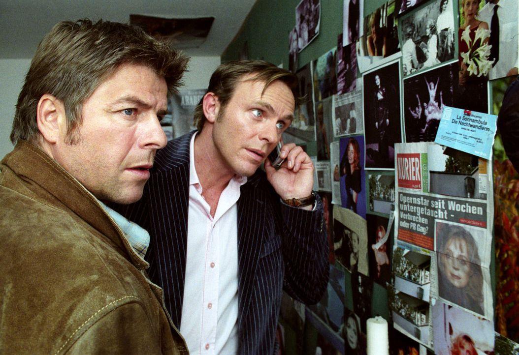 Wer terrorisiert die Opernsängerin? Jupp (Uwe Fellensiek, l.) und Falk (Dirk Martens, r.) versuchen den mysteriösen Fan zu schnappen - doch das ist... - Bildquelle: Thekla Ehling Sat.1