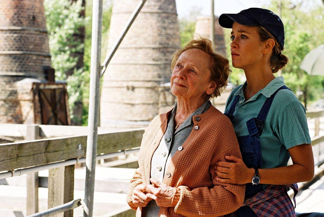 """Nina (Muriel Baumeister, r.) findet ihre Oma (Ruth Glöss, l.) im """"Zwiegespräch"""" mit ihrer großen Liebe auf dem Dach. - Bildquelle: Noreen Flynn Sat.1"""