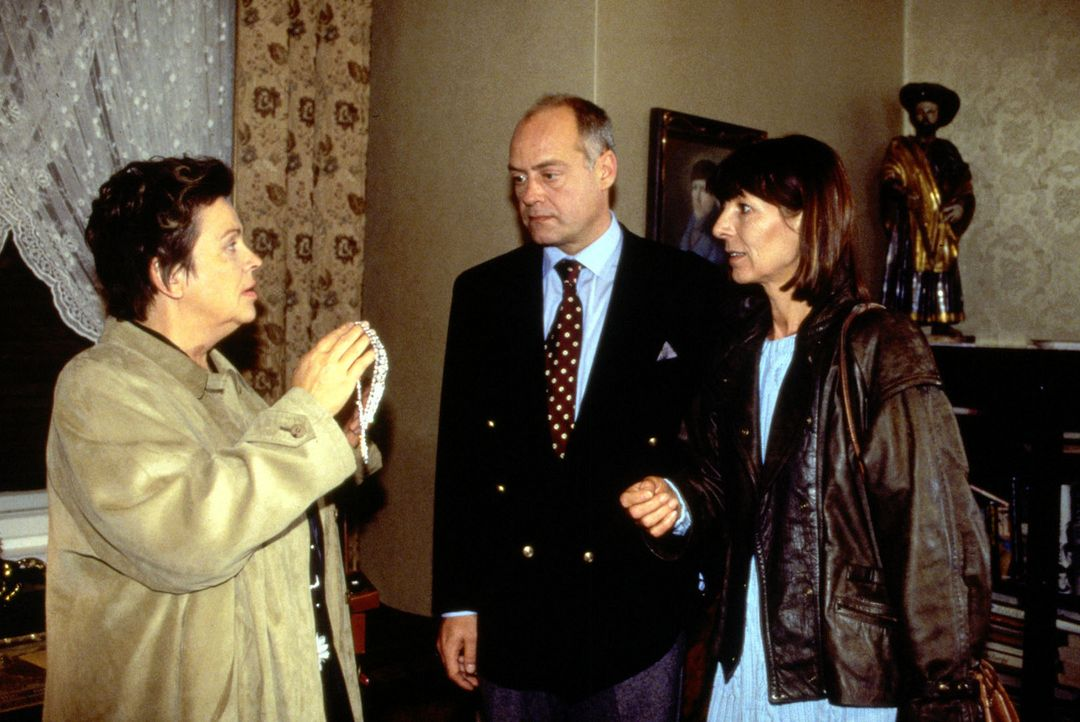 Schwester Klara (Walfriede Schmitt, l.) wird von Johann (Jochen Kolenda, M.) und Annemarie Schmittbauer (Christine Merthan, r.) in der Wohnung der 7... - Bildquelle: Noreen Flynn Sat.1