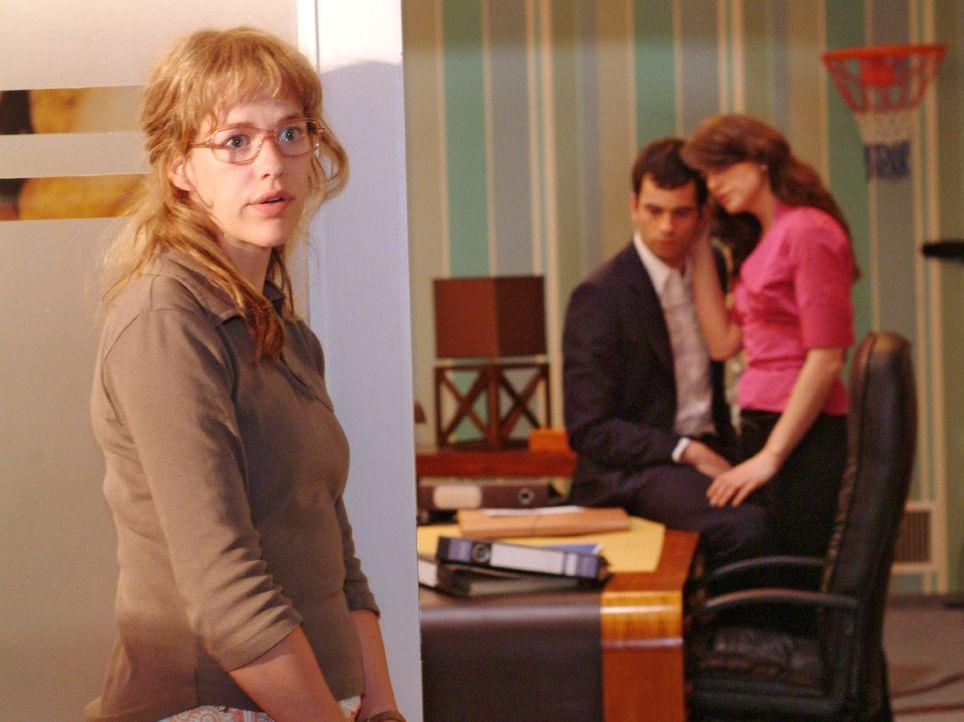 Lisa (Alexandra Neldel, l.) tut es weh, mit ansehen zu müssen, wie Mariella (Bianca Hein, r.) dem unglücklichen David (Mathis Künzler, M.) beisteht... - Bildquelle: Monika Schürle Sat.1