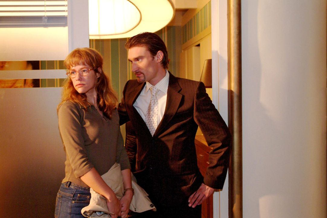 Richard (Karim Köster, r.) wird von Lisa (Alexandra Neldel, l.) abgewiesen, als er ihr eine Stelle bei ihm anbieten will. (Dieses Foto von Alexandra... - Bildquelle: Monika Schürle Sat.1