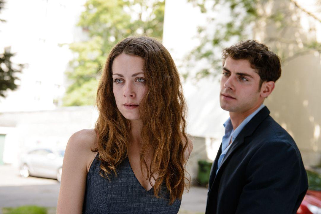 Von Vivian (Alice Dwyer, l.) ist Arndt (Roy Peter Link, r.) auf Anhieb fasziniert und es bahnt sich eine Romanze zwischen ihnen an. Ein gefundenes F... - Bildquelle: Stefan Erhard SAT.1