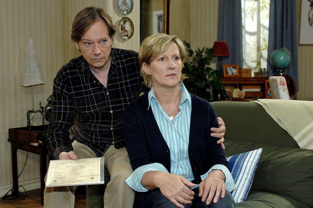 Armins (Rainer Will, l.) Plan scheint aufzugehen, als Jaecki der schockierten Susanne (Heike Jonca, r.) ein gefälschtes Dokument vorlegt, das Ingos... - Bildquelle: Oliver Ziebe Sat.1