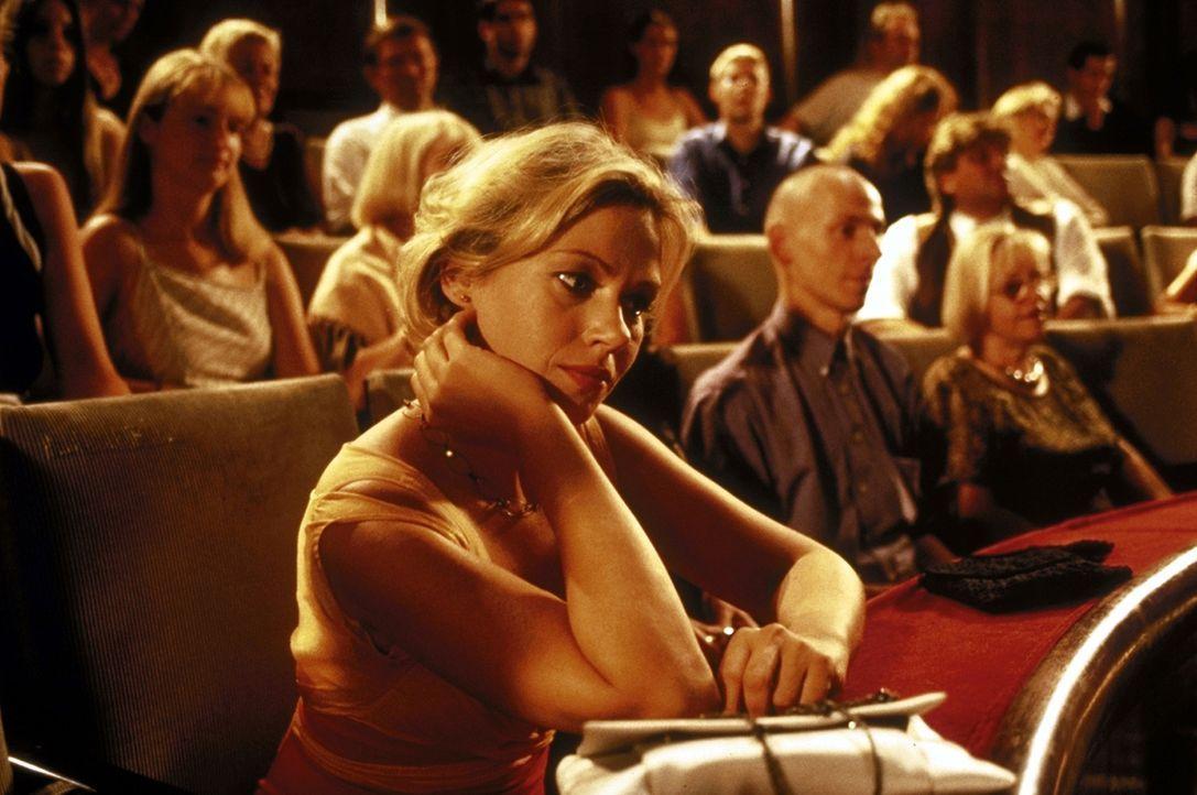 Doppeltes Spiel: Marie (Jennifer Nitsch) kann und will sich nicht von ihren zwei Liebhabern trennen ... - Bildquelle: Volker Rohloff ProSieben