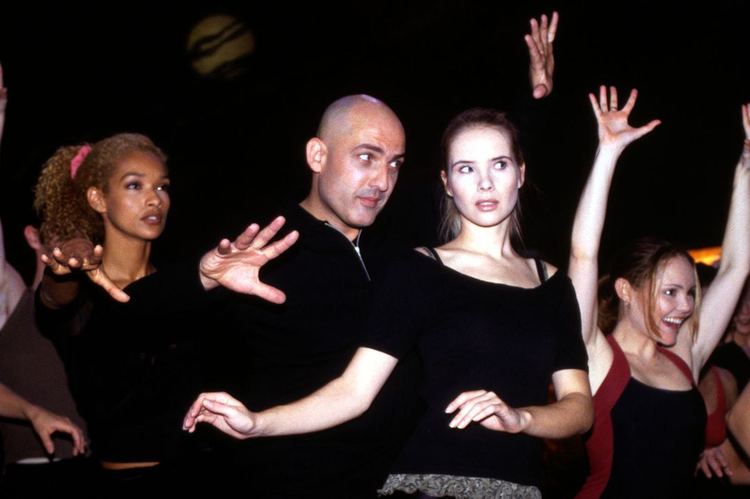 """Tänzer Markus (Leon Boden, 2.v.l.) probt mit Tänzerin Vanessa Hayden (Sylvia Leifheit, 2.v.r.) für die """"Cats""""-Aufführung. - Bildquelle: Mike Gast SAT.1 / Mike Gast"""