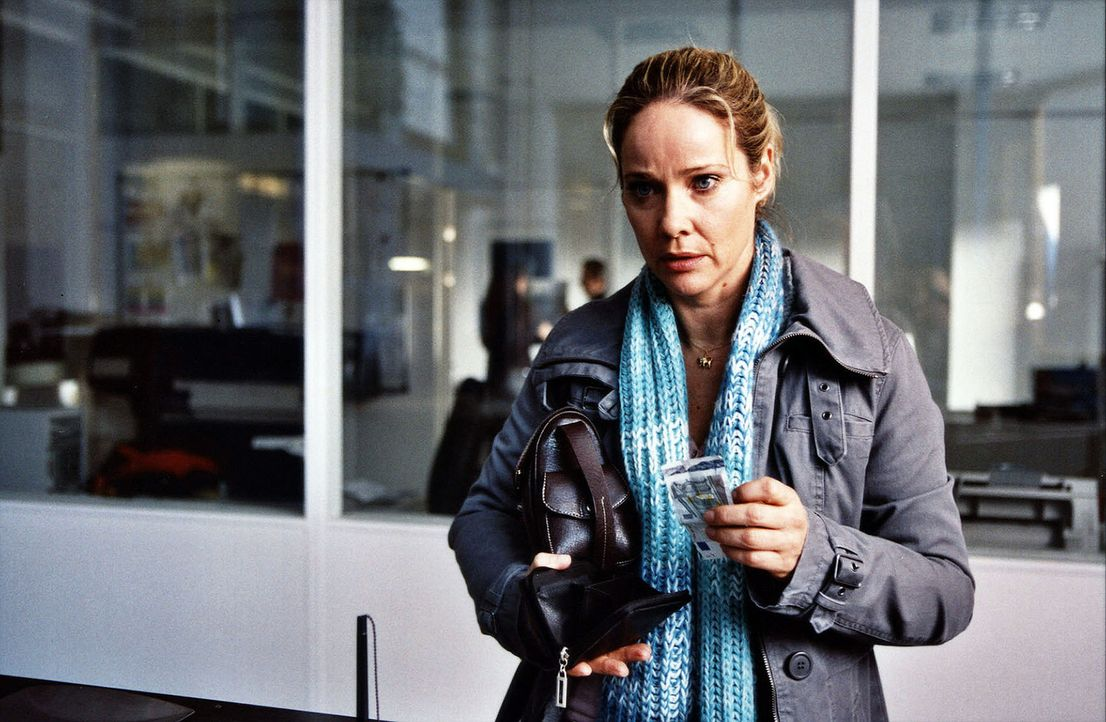 Tres-chen (Ann-Kathrin Kramer) kämpft um ihren Kiosk ... - Bildquelle: Astrid Wirth Sat.1