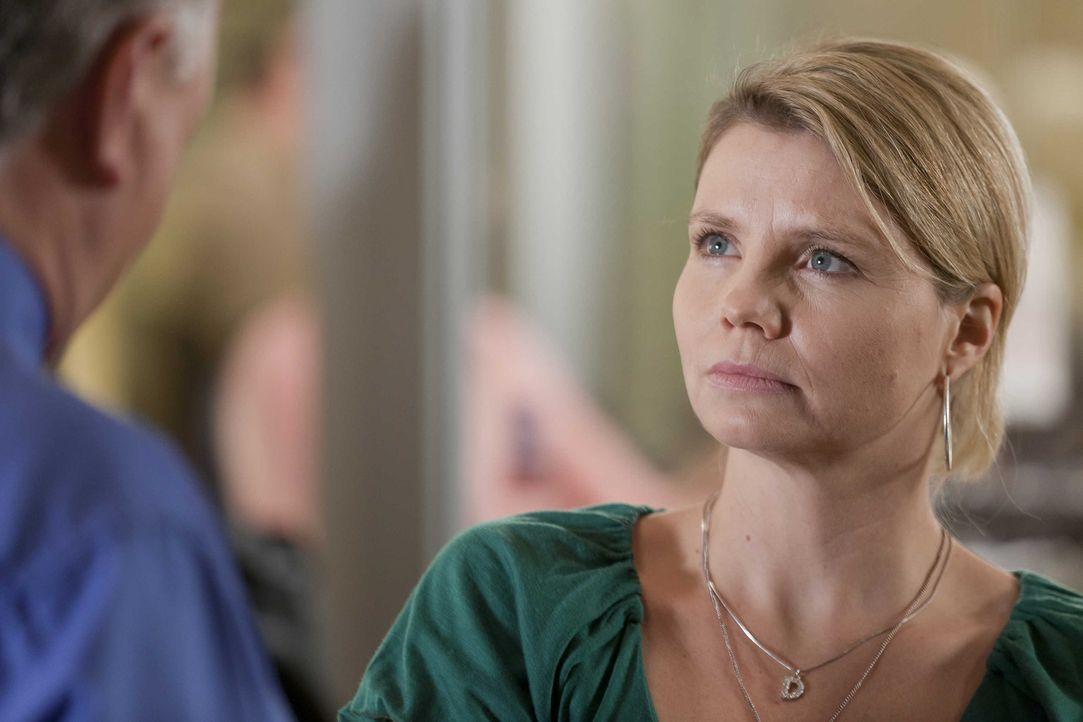 Während Kurt sich über den kaputten Fernseher ärgert, hat es Danni (Annette Frier) mit einem ganz besonderen Fall zu tun ... - Bildquelle: Frank Dicks SAT.1