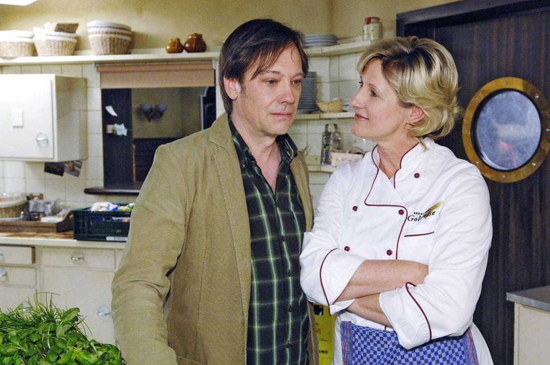 Susanne (Heike Jonca, r.) macht dem eifersüchtigen Armin (Rainer Will, l.) klar, dass sie Paloma und Georg miteinander  verkuppeln will. - Bildquelle: Claudius Pflug Sat.1