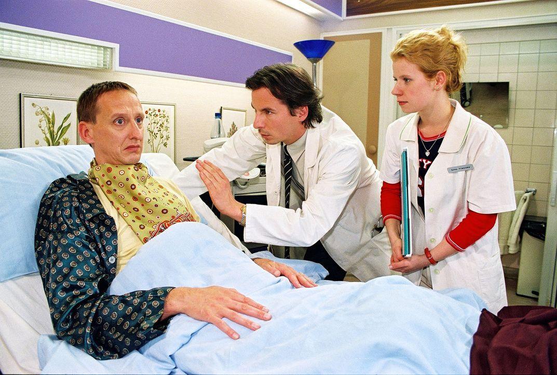 Da Roland Eckert (Gilbert von Sohlern, l.) allergisch auf alle Arten von Anästhesie reagiert, muss ihn Dr. Meier-Liszt (David C. Bunners, M.) unter... - Bildquelle: Noreen Flynn Sat.1