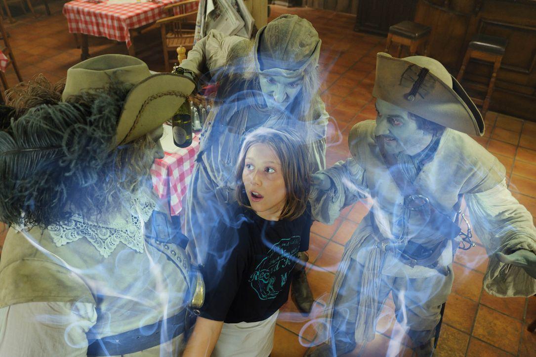 Lässt sich doch nicht von ein paar entfesselten Geistern (Alexander Hörbe, l., Michael Kessler, r., Andreas Schmidt, M.) ins Bockshorn jagen: Niko (... - Bildquelle: Hardy Spitz SAT.1
