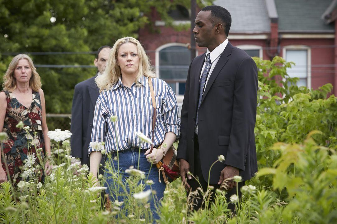Brenda Haferman (Dawn Sadler, l.), die Mutter der ermordeten Country-Sängerin Melissa, eilet sofort zum Tatort, also sie von dem Mord erfährt. Doch... - Bildquelle: Ian Watson Cineflix 2014
