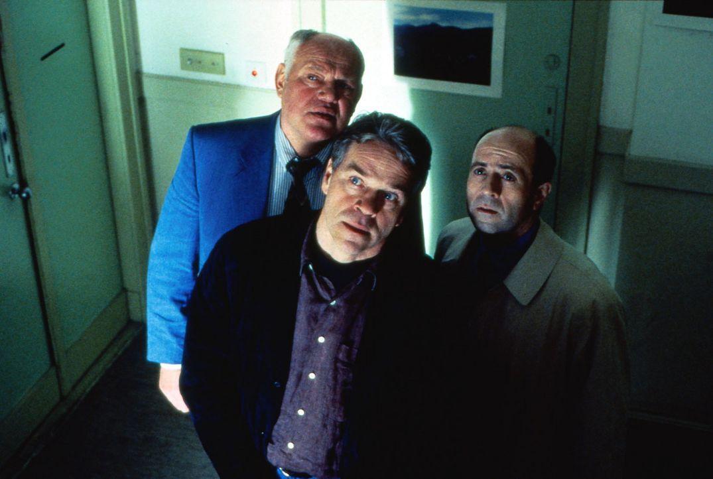 Fernsehaufnahmen haben Wolff (Jürgen Heinrich, M.), Sawatzki (Klaus Pönitz, l.) und Fried (Gerd Wameling, r.) auf die Spur des Attentäters gebrac... - Bildquelle: Alfred Raschke Sat.1