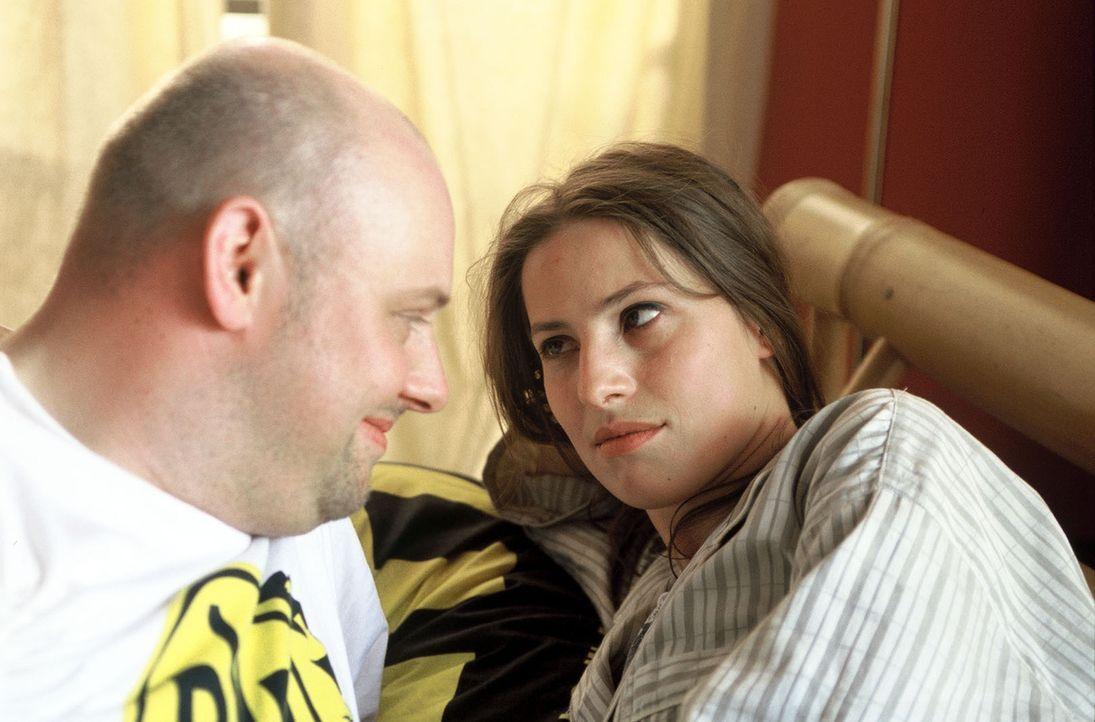 Manni (Axel Häfner, l.) hat sich in die attraktive und kluge Computerspezialistin Susi (Jenny Deimling, r.) verliebt. Als Susis Ex-Freund ermordet i... - Bildquelle: Martin Menke Sat.1