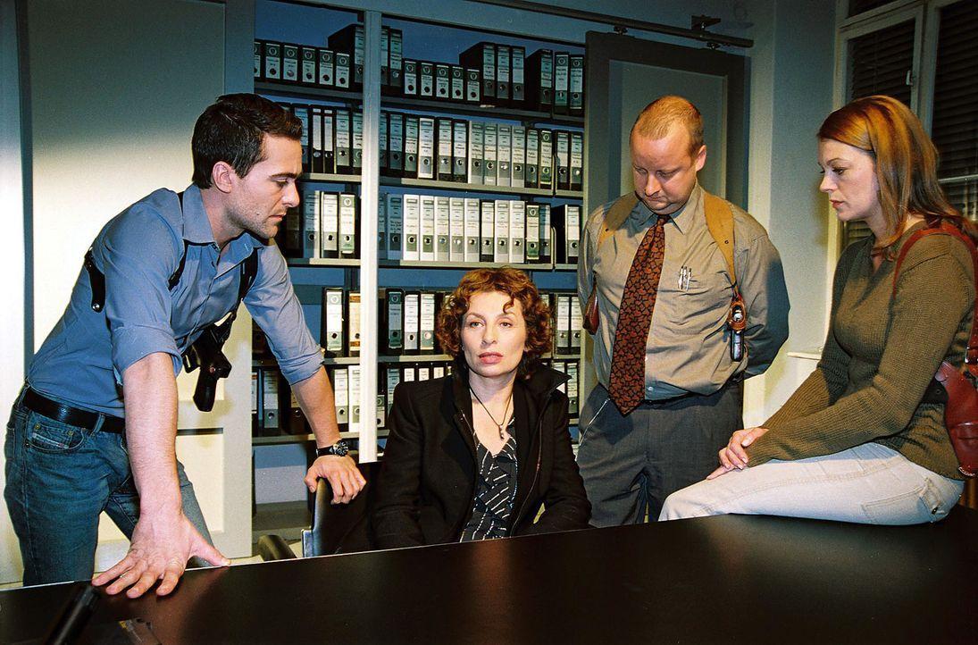 Nora Clementi (Teresa Harder, 2.v.l.) wird auf dem Kommissariat von Marc (Alexander Pschill, l.), Fritz Kunz (Martin Weinek, 2.v.r.) und Niki (Elke... - Bildquelle: Ali Schafler Sat.1