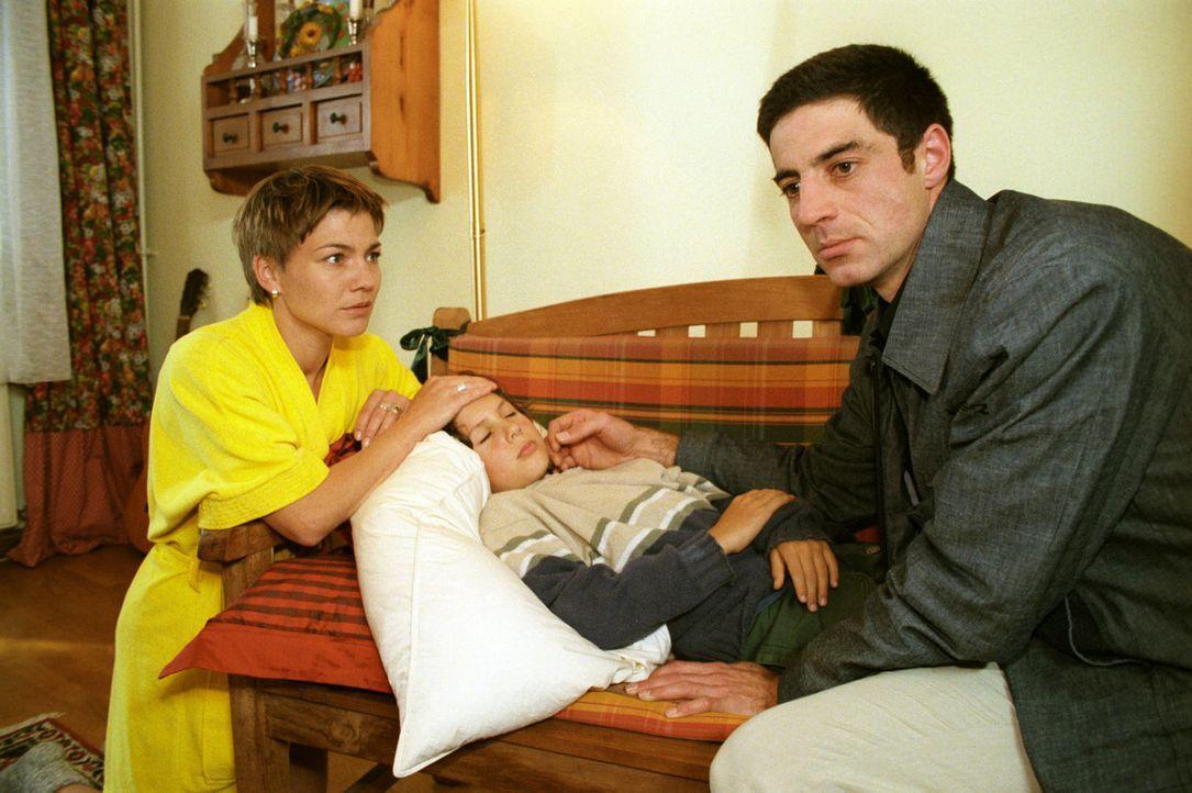 Stephanie (Claudia Schmutzler, l.) sorgt sich um Felix (Robert Rottschalk, M.), der mit seinem Vater Paul (Christian Lerch, r.) eine Reise machen wo... - Bildquelle: Noreen Flynn Sat.1