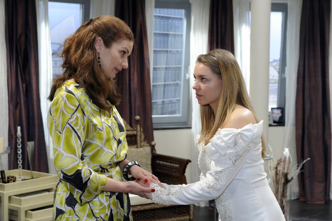 Katja (Karolina Lodyga, r.) kann Natascha (Franziska Matthus, l.) gegenüber nicht verbergen, dass sie ihre Schwangerschaft nur vortäuscht. - Bildquelle: Oliver Ziebe Sat.1