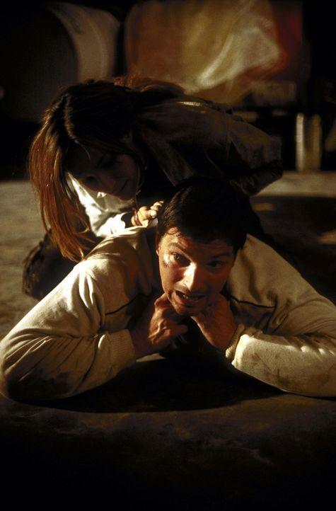 Als André (Stefan Jürgens, unten) Corinna (Alexandra Kamp, oben) helfen will, stürzt sie sich sofort auf ihn - und leugnet den auf sie verübten Über... - Bildquelle: Leslie Haslam ProSieben