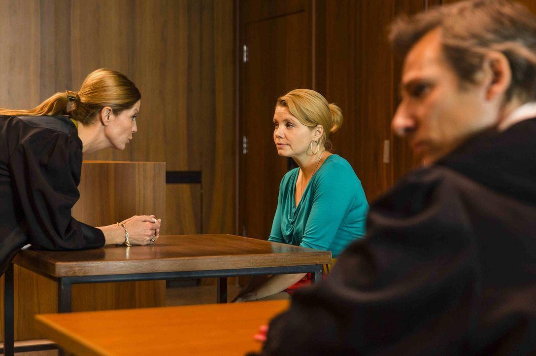 Während Kurt weiß, dass Danni (Annette Frier, M.) einen großen Fehler damit gemacht hat, Pit zu verraten, muss Danni im Gericht aussagen und wird zu... - Bildquelle: Frank Dicks SAT.1