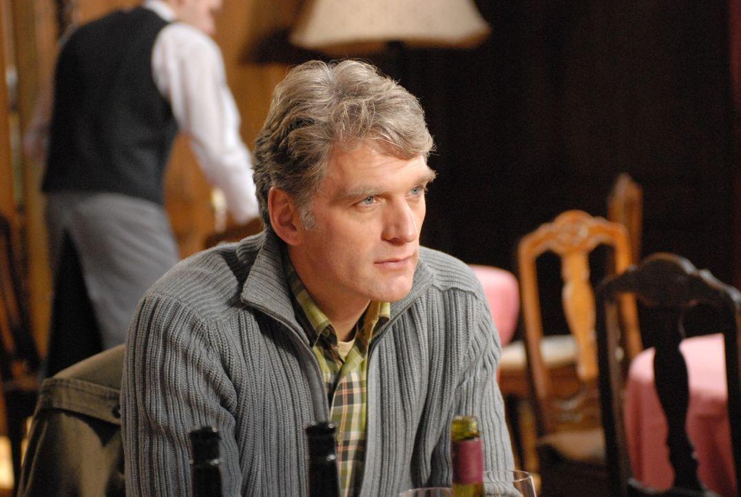 """Tagsüber ist Max Kerner (Walter Sittler) ein braver Familienvater und Antiquar, nachts verwandelt er sich jedoch in den Gentleman-Ganoven """"der Fuchs... - Bildquelle: SAT.1"""