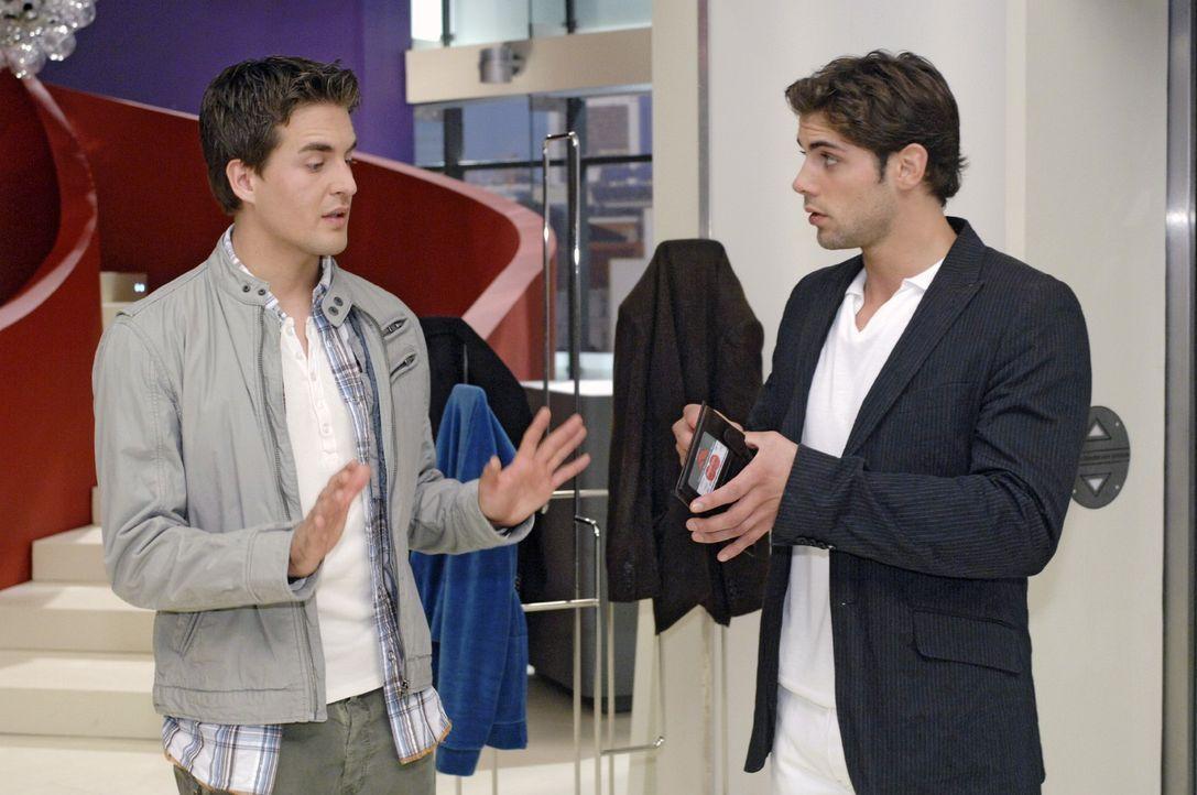 Jonas (Roy Peter Link, r.) will sich bei Lars (Alexander Klaws, l.) für die Rettung der Fotodateien bedanken. - Bildquelle: Oliver Ziebe Sat.1