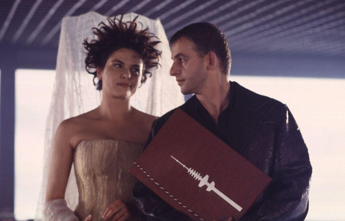 Bei Misserfolg droht die Hölle: Für die Liebesengel Katja (Barbara Auer, l.) und Eric (Dominique Horwitz, r.) ist eine gute Quote bei der Vermittlun... - Bildquelle: Gordon Mühle