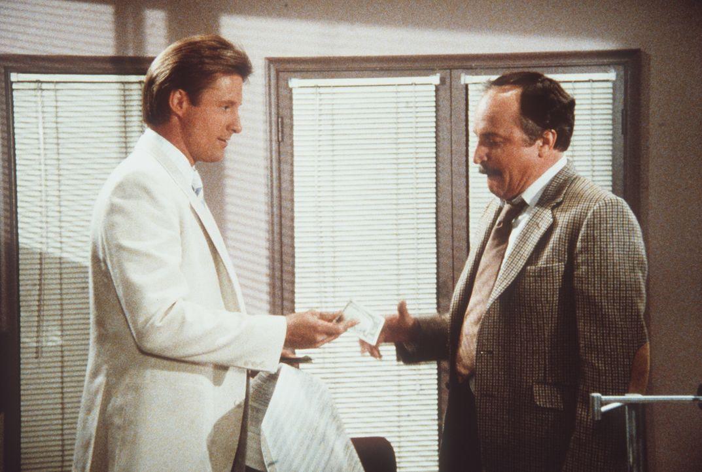 Lee (Bruce Boxleitner, l.) besticht den Buchhalter eines Hotels, um die Gästeliste überprüfen zu können, denn er will wissen, wer unter den Gästen e...