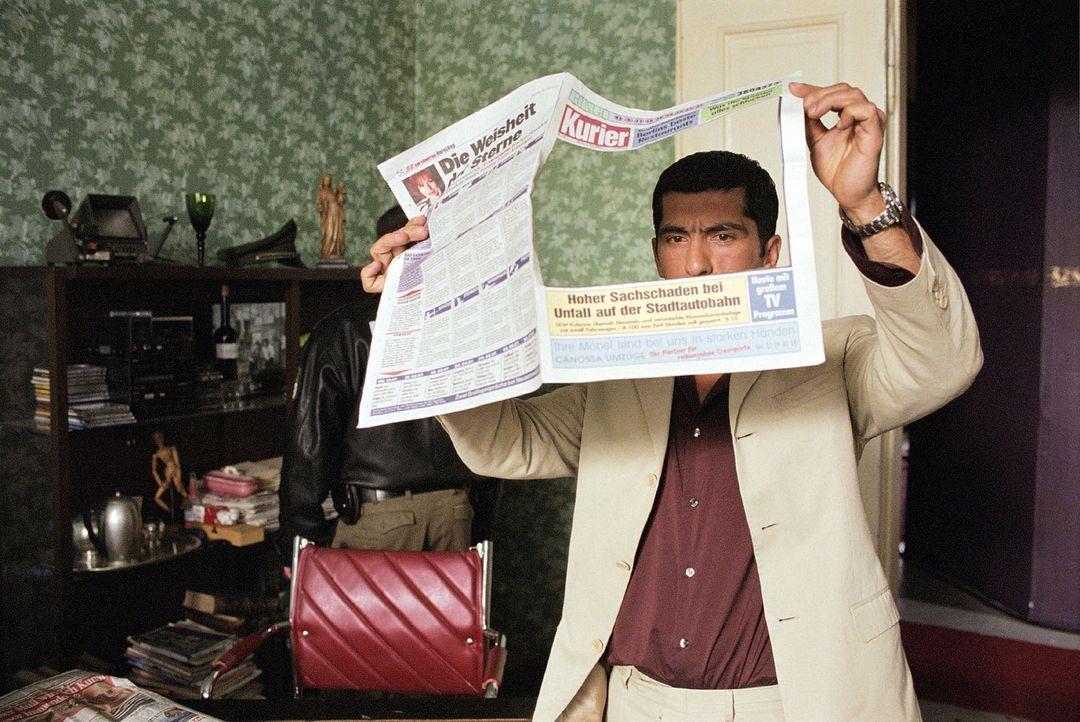 Alyans (Erdal Yildiz) durchsucht die Wohnung des Mörders. - Bildquelle: Volker Roloff Sat.1