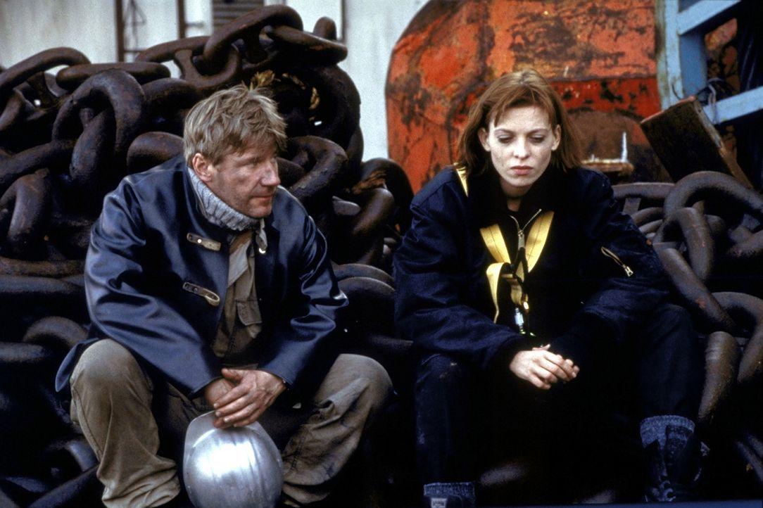 Bei dem Versuch, die Bomben zu entschärfen, riskieren Lucky (Stephanie Philipp, r.) und Jan (Jörg Schüttauf, l.) ihr Leben ... - Bildquelle: Jiri Hanzl