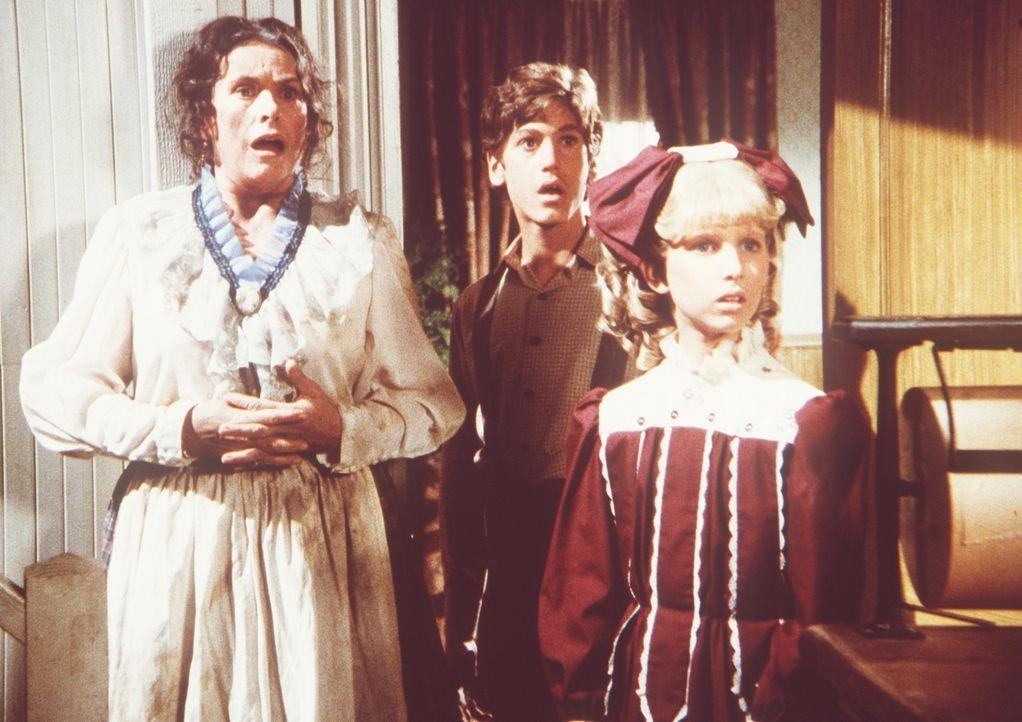 Harriet Oleson (Katherine MacGregor, l.), Willie (Jonathan Gilbert, M.) und Nancy (Allison Balson, r.) sind geschockt, als der totgeglaubte Nels plö... - Bildquelle: Worldvision