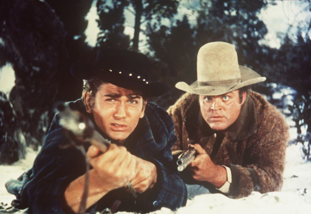 Little Joe Cartwright (Michael Landon, l.) und sein Bruder Hoss (Dan Blocker, r.) sind zur Jagd in den Bergen. - Bildquelle: Paramount Pictures