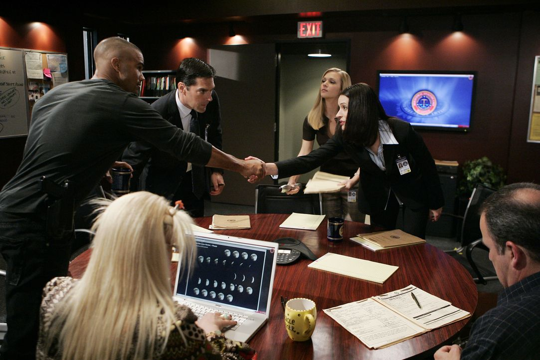 Neuzugang Emily Prentiss (Paget Brewster, 2.v.r.) wird den Kollegen (Shemar Moore, l., Kirsten Vangsness, 2.v.l., Thomas Gibson, 3.v.l., AJ Cook, 3.... - Bildquelle: Cliff Lipson 2006 Touchstone Television. All rights reserved. NO ARCHIVE. NO RESALE.