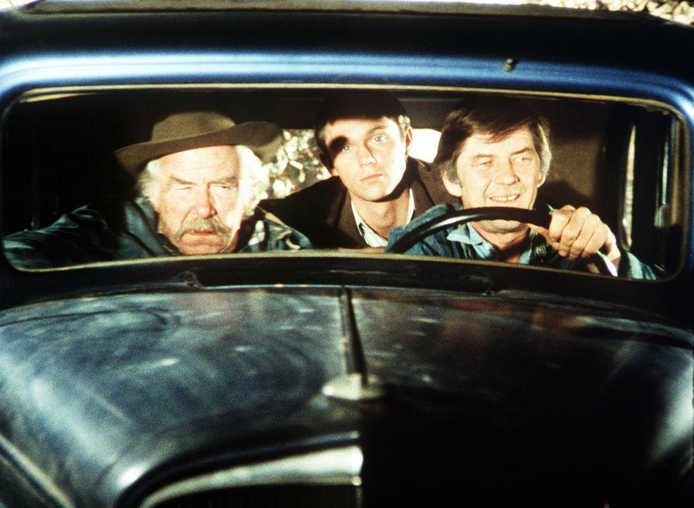Sam (Will Geer, l.), John-Boy (Richard Thomas, M.) und John Walton (Ralph Waite, r.) machen sich auf die Suche nach Olivia, Jim-Bob und Elizabeth ... - Bildquelle: WARNER BROS. INTERNATIONAL TELEVISION